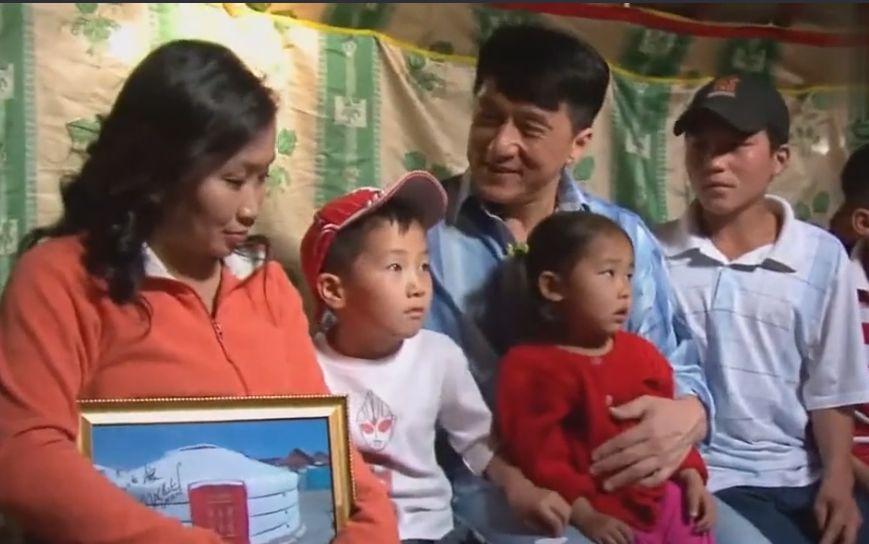 【今日头条】成龙援助蒙古贫困家庭 翻译小姐姐都看哭了... 第1张