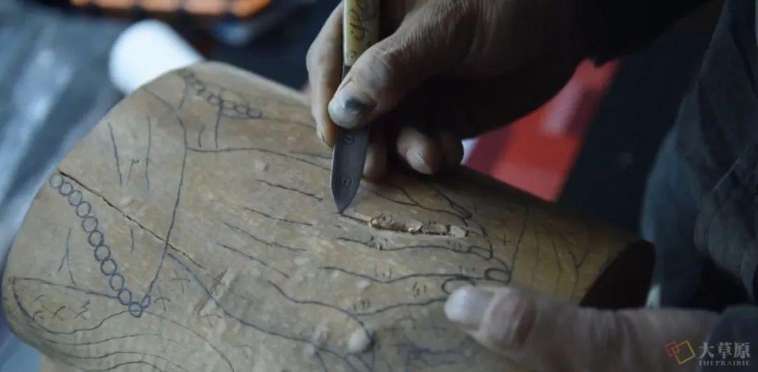 他用一把吃肉的蒙古小刀,为三千年的胡杨木赋予新生命 第6张