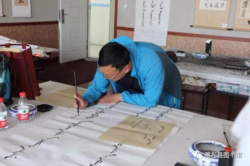 喀喇沁蒙古文书法培训基地举办 蒙古文书法进校园活动 第2张