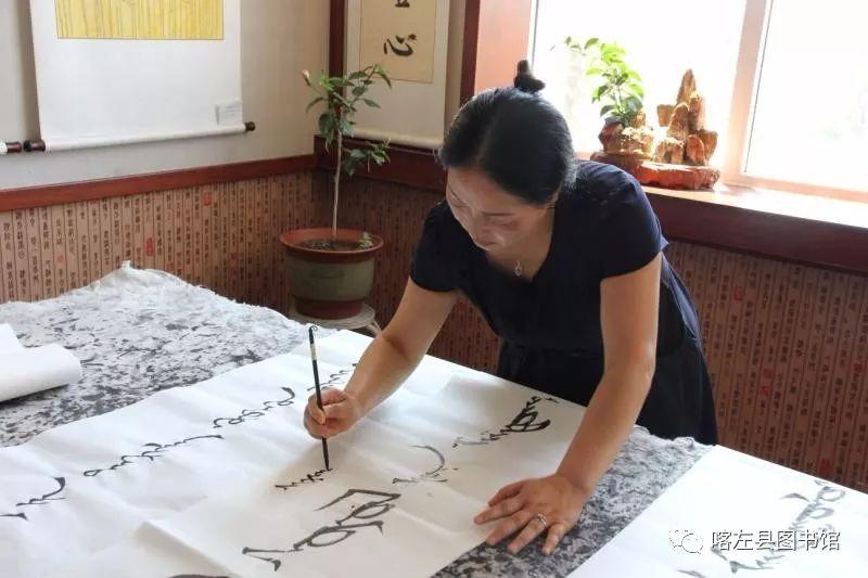 喀喇沁蒙古文书法培训基地举办 蒙古文书法进校园活动 第6张