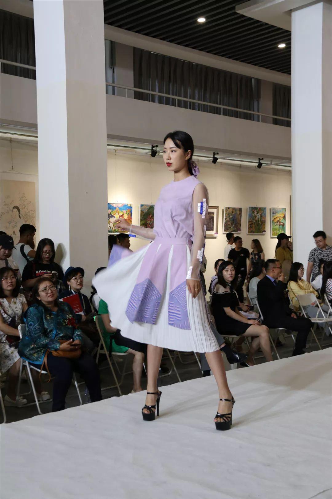 内蒙古大学创业学院与蒙古国高校联合举办设计艺术展 第2张