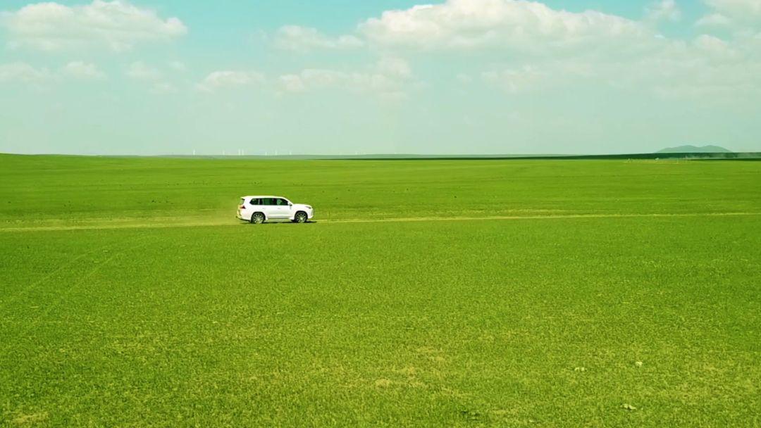 傲日其愣《这是我的家乡》MV发布,两代音乐人联袂呈现大美音画草原 第5张