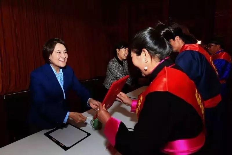 她用五年完成了刺绣版《蒙古秘史》,自治区主席都接见了︱蒙古家乡 第2张 她用五年完成了刺绣版《蒙古秘史》,自治区主席都接见了︱蒙古家乡 蒙古工艺