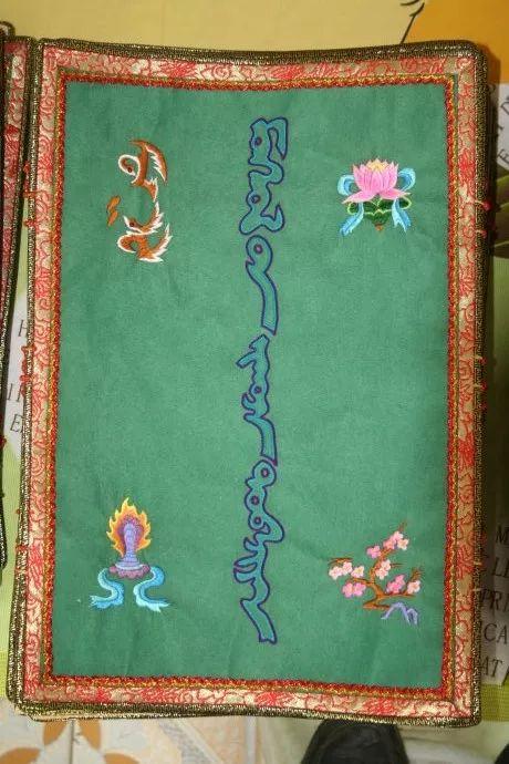 她用五年完成了刺绣版《蒙古秘史》,自治区主席都接见了︱蒙古家乡 第3张 她用五年完成了刺绣版《蒙古秘史》,自治区主席都接见了︱蒙古家乡 蒙古工艺