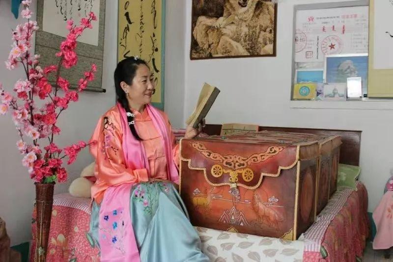 她用五年完成了刺绣版《蒙古秘史》,自治区主席都接见了︱蒙古家乡 第4张 她用五年完成了刺绣版《蒙古秘史》,自治区主席都接见了︱蒙古家乡 蒙古工艺