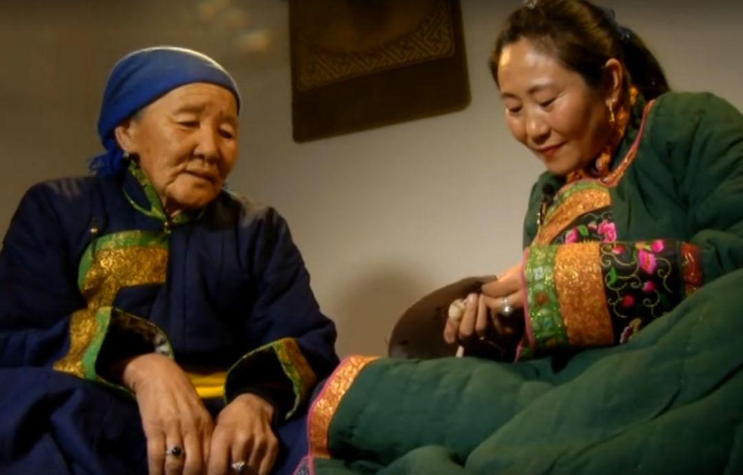 她用五年完成了刺绣版《蒙古秘史》,自治区主席都接见了︱蒙古家乡 第8张 她用五年完成了刺绣版《蒙古秘史》,自治区主席都接见了︱蒙古家乡 蒙古工艺
