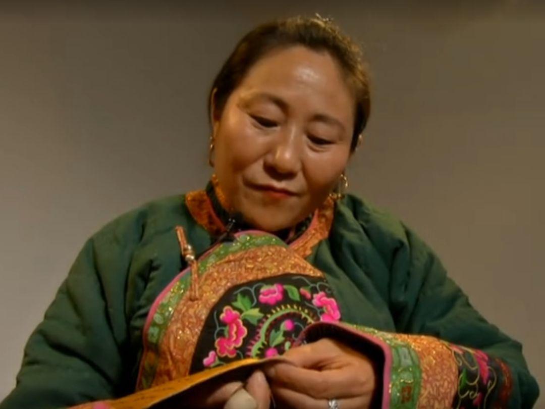 她用五年完成了刺绣版《蒙古秘史》,自治区主席都接见了︱蒙古家乡 第7张 她用五年完成了刺绣版《蒙古秘史》,自治区主席都接见了︱蒙古家乡 蒙古工艺