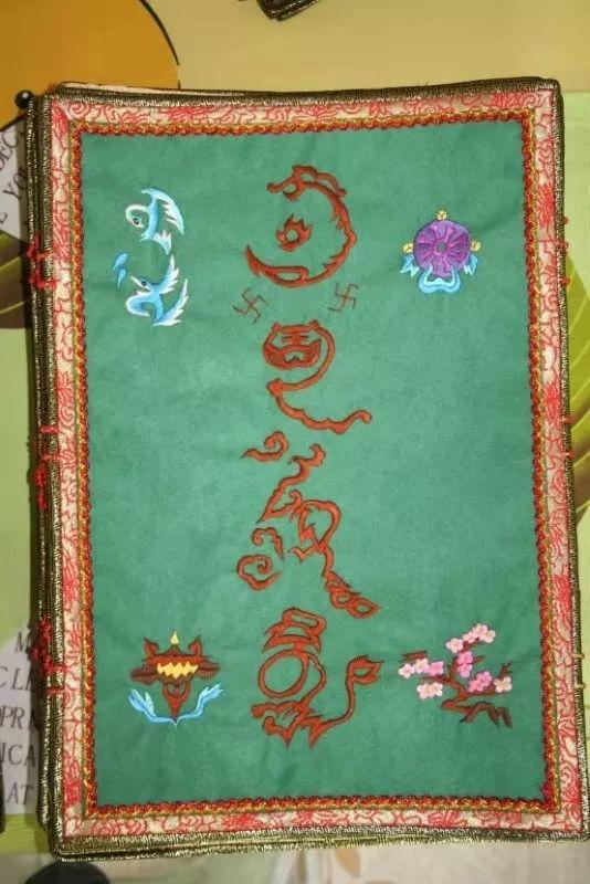她用五年完成了刺绣版《蒙古秘史》,自治区主席都接见了︱蒙古家乡 第14张 她用五年完成了刺绣版《蒙古秘史》,自治区主席都接见了︱蒙古家乡 蒙古工艺