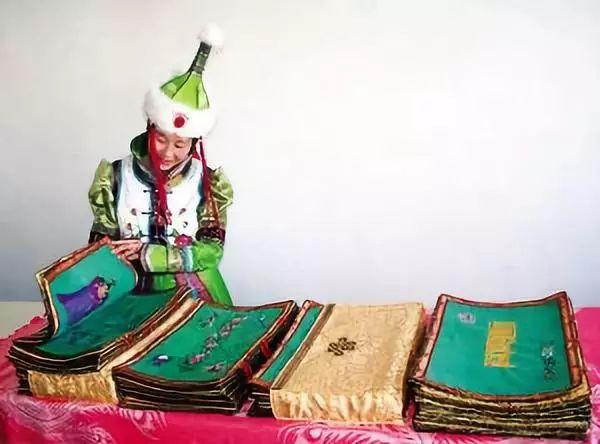 她用五年完成了刺绣版《蒙古秘史》,自治区主席都接见了︱蒙古家乡 第12张 她用五年完成了刺绣版《蒙古秘史》,自治区主席都接见了︱蒙古家乡 蒙古工艺