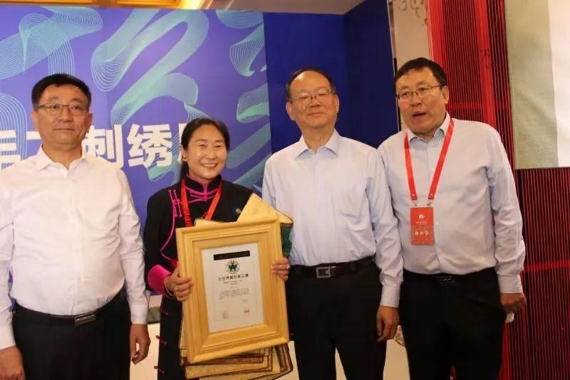 她用五年完成了刺绣版《蒙古秘史》,自治区主席都接见了︱蒙古家乡 第16张 她用五年完成了刺绣版《蒙古秘史》,自治区主席都接见了︱蒙古家乡 蒙古工艺