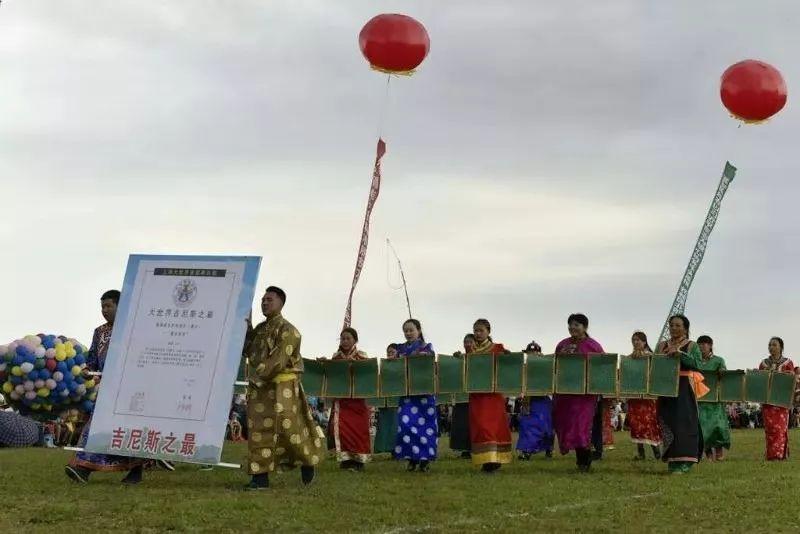 她用五年完成了刺绣版《蒙古秘史》,自治区主席都接见了︱蒙古家乡 第17张 她用五年完成了刺绣版《蒙古秘史》,自治区主席都接见了︱蒙古家乡 蒙古工艺