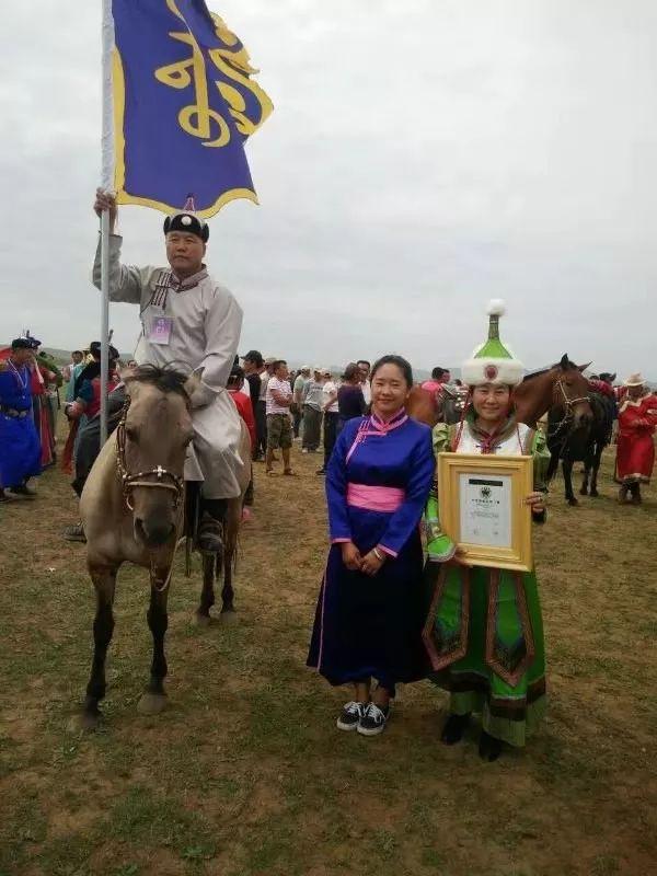 她用五年完成了刺绣版《蒙古秘史》,自治区主席都接见了︱蒙古家乡 第15张 她用五年完成了刺绣版《蒙古秘史》,自治区主席都接见了︱蒙古家乡 蒙古工艺