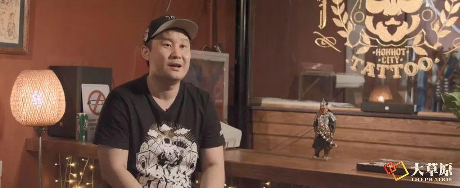 钻研书法的蒙古族文身师奥奇,让刺入皮肤的蒙古文字拥有了别样的生命力 第2张
