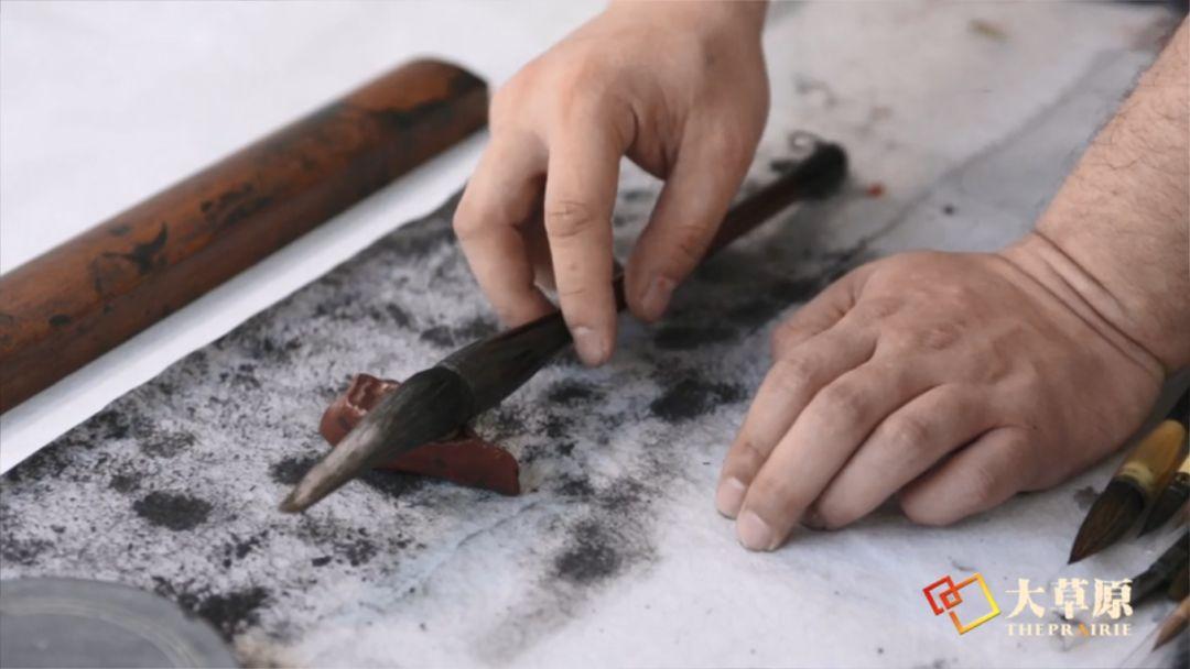 钻研书法的蒙古族文身师奥奇,让刺入皮肤的蒙古文字拥有了别样的生命力 第4张