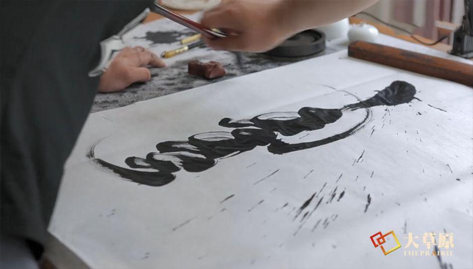 钻研书法的蒙古族文身师奥奇,让刺入皮肤的蒙古文字拥有了别样的生命力 第5张