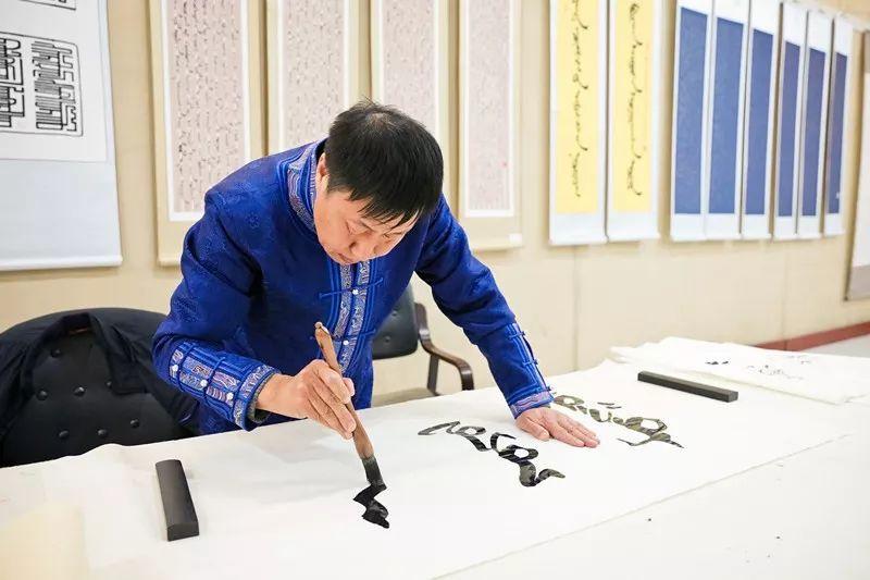 【书城 || 人物】一位蒙古文书法家的情怀 第1张