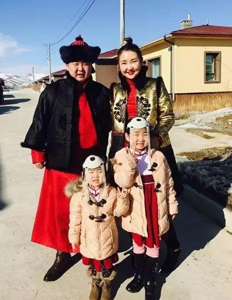 【蒙古服饰图片】蒙古国明星新年装扮 果然是民族服饰最美! 第2张