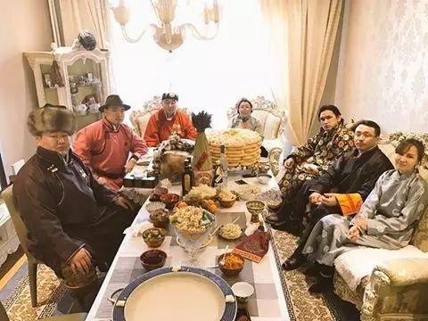 【蒙古服饰图片】蒙古国明星新年装扮 果然是民族服饰最美! 第3张