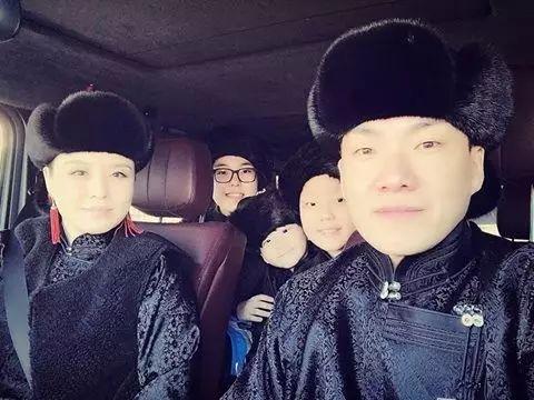 【蒙古服饰图片】蒙古国明星新年装扮 果然是民族服饰最美! 第5张