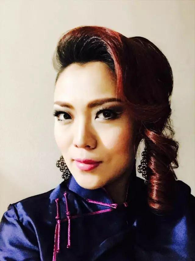【蒙古服饰图片】蒙古国明星新年装扮 果然是民族服饰最美! 第9张