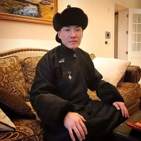 【蒙古服饰图片】蒙古国明星新年装扮 果然是民族服饰最美! 第8张
