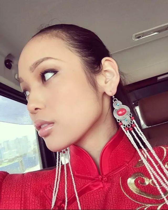 【蒙古服饰图片】蒙古国明星新年装扮 果然是民族服饰最美! 第13张