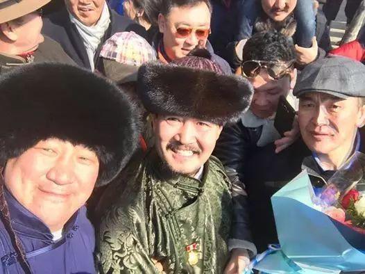 【蒙古服饰图片】蒙古国明星新年装扮 果然是民族服饰最美! 第16张