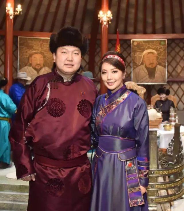 【蒙古服饰图片】蒙古国明星新年装扮 果然是民族服饰最美! 第27张