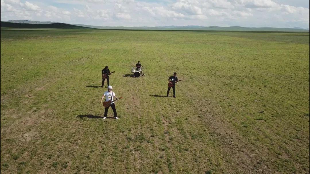 【蒙古音乐】肃腾乐队全新MV《Bi Mongol Er Hun》致敬蒙古汉子 第5张 【蒙古音乐】肃腾乐队全新MV《Bi Mongol Er Hun》致敬蒙古汉子 蒙古音乐