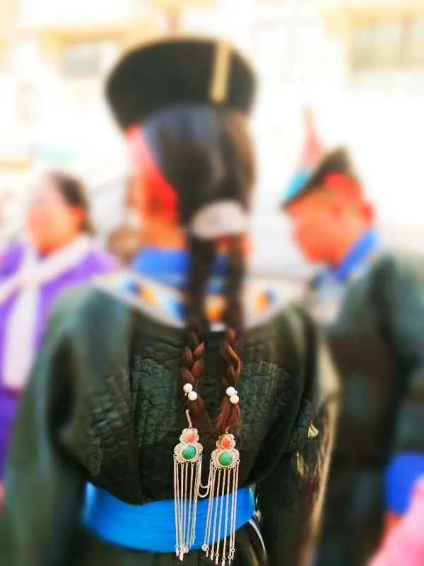 一年20份订单!牧民纯手工打造的蒙古族头饰广受欢迎 第19张