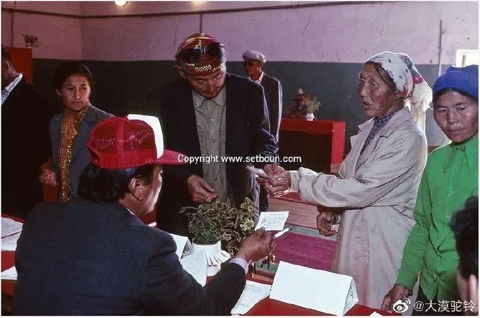 法国摄影师拍的蒙古国第一届民主选举 - 蒙古人在新社会的门槛上 第2张