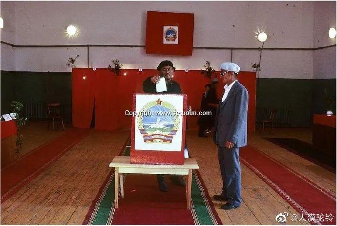 法国摄影师拍的蒙古国第一届民主选举 - 蒙古人在新社会的门槛上 第1张