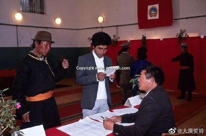 法国摄影师拍的蒙古国第一届民主选举 - 蒙古人在新社会的门槛上 第4张