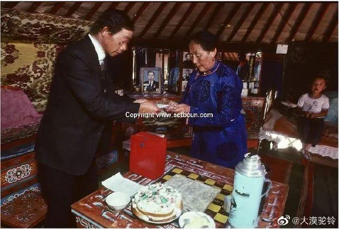 法国摄影师拍的蒙古国第一届民主选举 - 蒙古人在新社会的门槛上 第8张