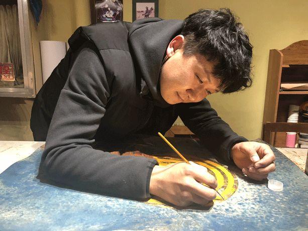 【蒙古文】阿拉善80后雕刻达人:薄牛皮上雕出3D立体画,啧啧令人称奇 第1张