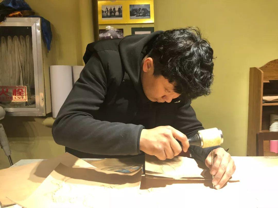 【蒙古文】阿拉善80后雕刻达人:薄牛皮上雕出3D立体画,啧啧令人称奇 第5张