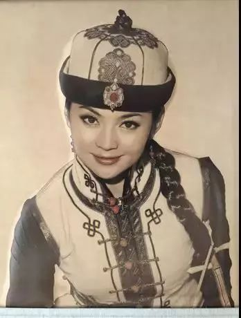 【蒙古文】阿拉善80后雕刻达人:薄牛皮上雕出3D立体画,啧啧令人称奇 第8张