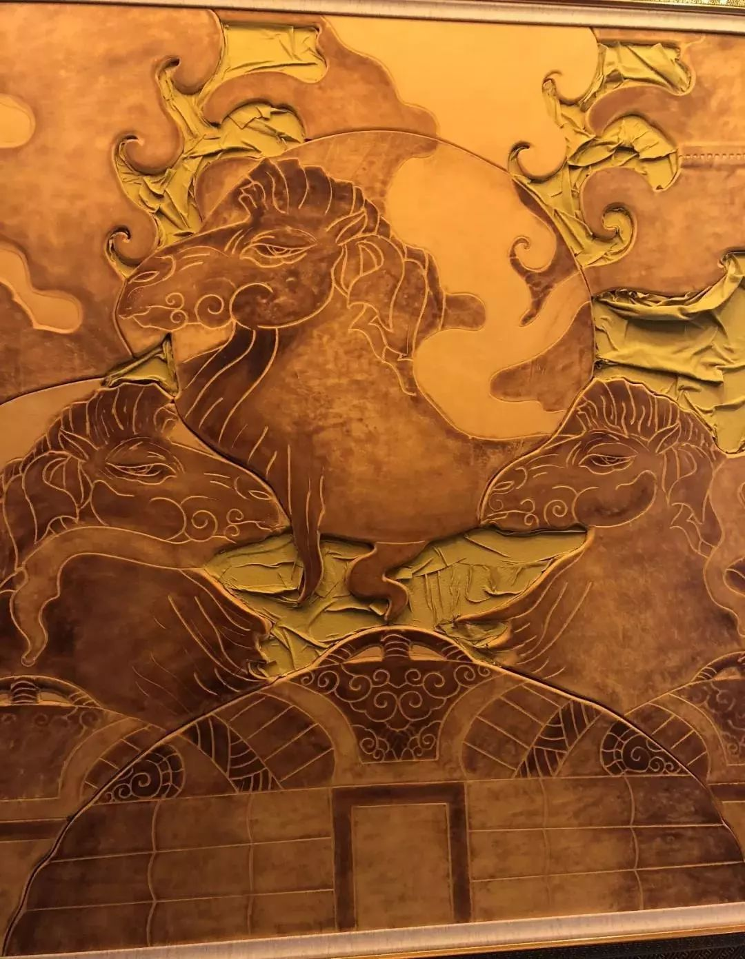 【蒙古文】阿拉善80后雕刻达人:薄牛皮上雕出3D立体画,啧啧令人称奇 第16张 【蒙古文】阿拉善80后雕刻达人:薄牛皮上雕出3D立体画,啧啧令人称奇 蒙古工艺