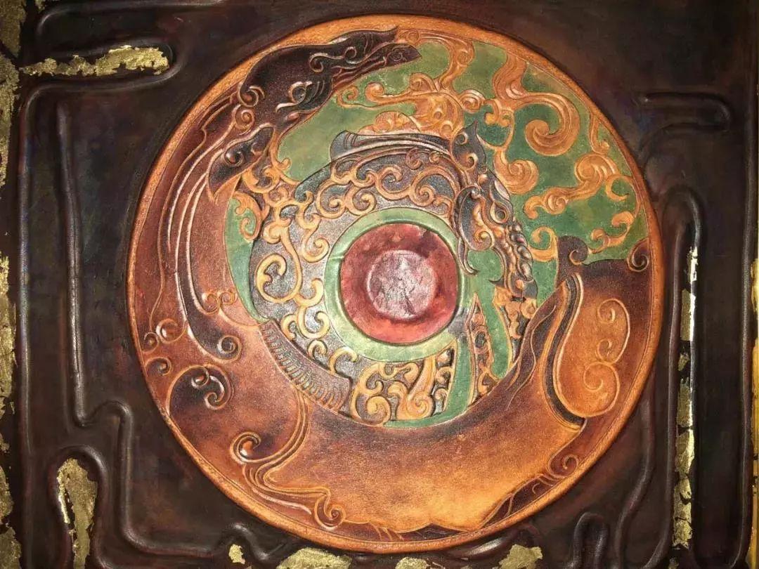【蒙古文】阿拉善80后雕刻达人:薄牛皮上雕出3D立体画,啧啧令人称奇 第23张