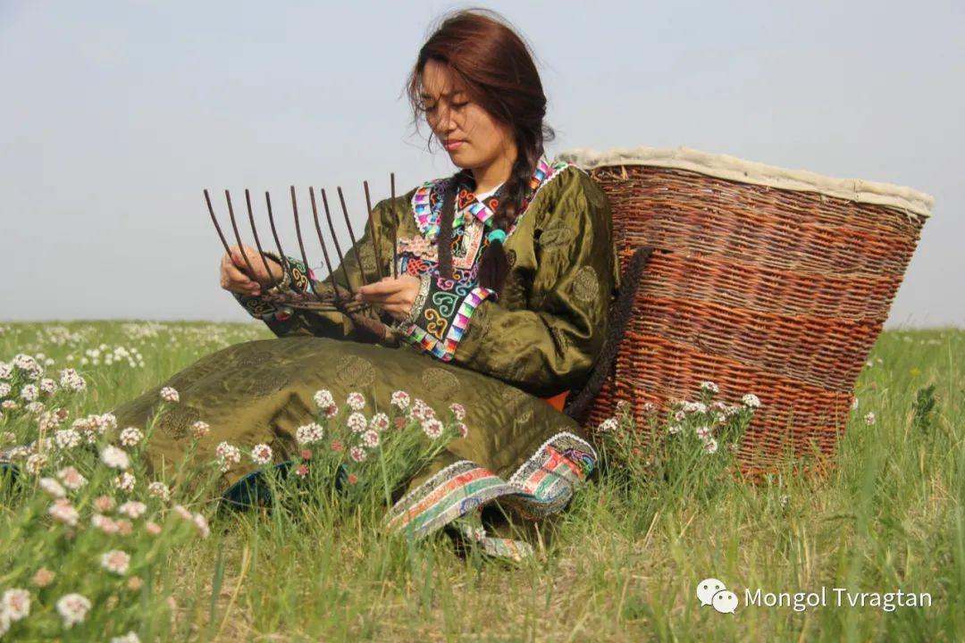 ᠮᠤᠩᠭᠤᠯ ᠵᠢᠷᠣᠭ- ᠰᠠᠷᠠᠭᠣᠯᠴᠡᠴᠡᠭ 第3张 ᠮᠤᠩᠭᠤᠯ ᠵᠢᠷᠣᠭ- ᠰᠠᠷᠠᠭᠣᠯᠴᠡᠴᠡᠭ 蒙古文化
