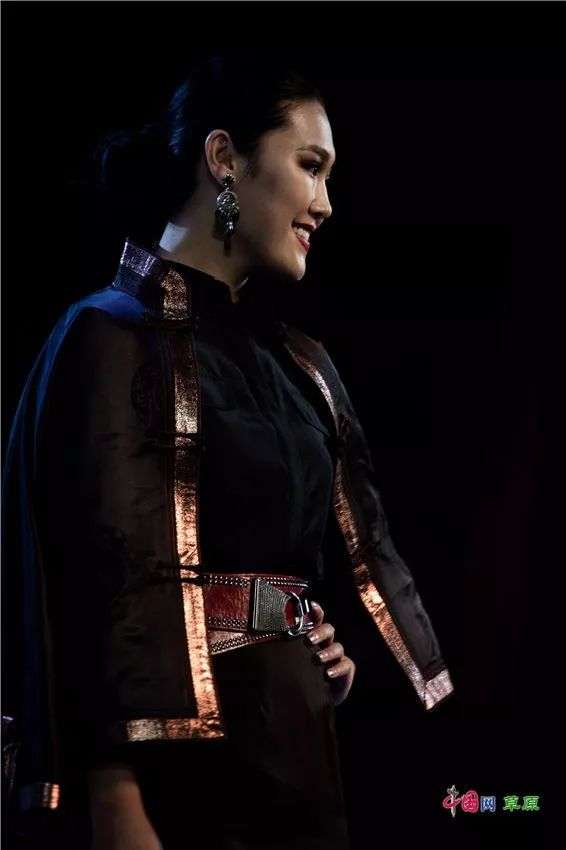 第十六届蒙古族服装服饰艺术节,绚丽多彩的蒙古袍 第4张 第十六届蒙古族服装服饰艺术节,绚丽多彩的蒙古袍 蒙古服饰