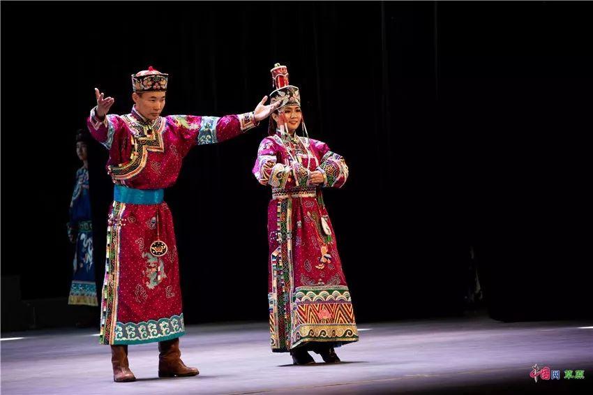 第十六届蒙古族服装服饰艺术节,绚丽多彩的蒙古袍 第10张 第十六届蒙古族服装服饰艺术节,绚丽多彩的蒙古袍 蒙古服饰