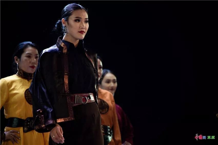 第十六届蒙古族服装服饰艺术节,绚丽多彩的蒙古袍 第9张 第十六届蒙古族服装服饰艺术节,绚丽多彩的蒙古袍 蒙古服饰