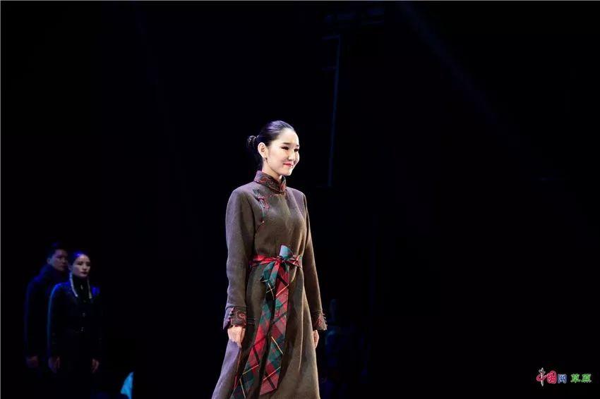 第十六届蒙古族服装服饰艺术节,绚丽多彩的蒙古袍 第17张 第十六届蒙古族服装服饰艺术节,绚丽多彩的蒙古袍 蒙古服饰