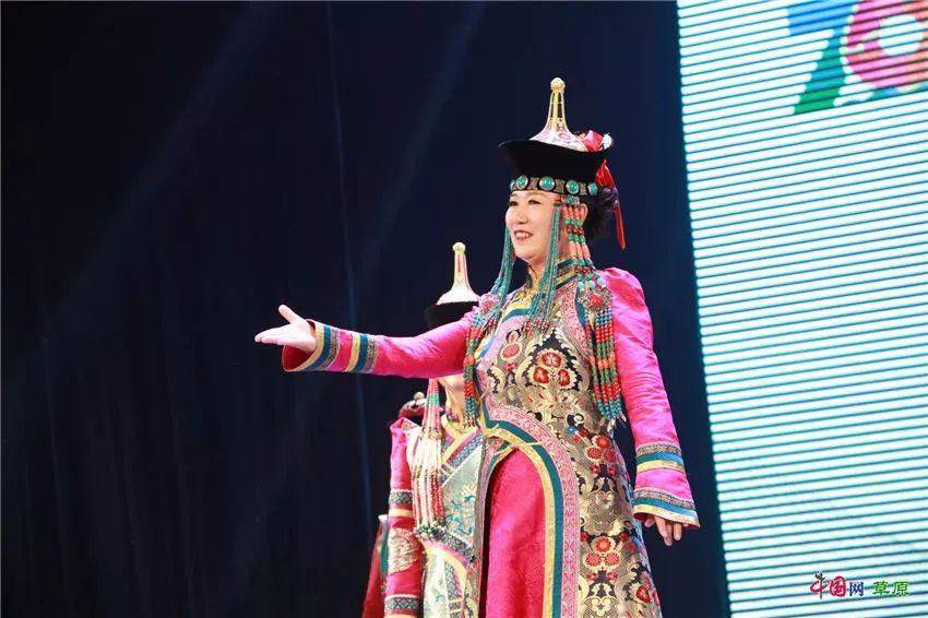 第十六届蒙古族服装服饰艺术节,绚丽多彩的蒙古袍 第22张 第十六届蒙古族服装服饰艺术节,绚丽多彩的蒙古袍 蒙古服饰