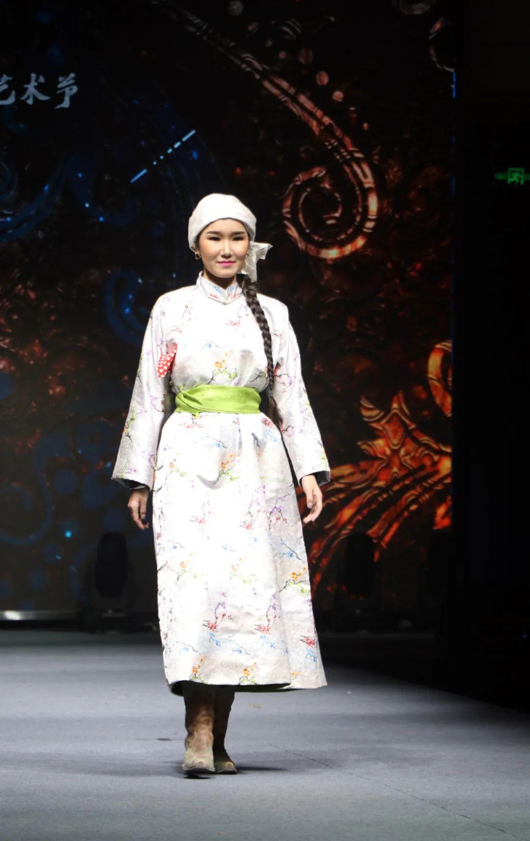 2020蒙古族服装服饰设计大赛 ᠮᠣᠩᠭᠤᠯ ᠦᠨᠳᠦᠰᠦᠲᠡᠨᠦ᠌ ᠬᠤᠪᠴᠠᠰᠤ ᠵᠠᠰᠠᠯᠤ᠋ᠨ ᠤᠷᠤᠯᠳᠤᠭᠠᠨ 第16张 2020蒙古族服装服饰设计大赛 ᠮᠣᠩᠭᠤᠯ ᠦᠨᠳᠦᠰᠦᠲᠡᠨᠦ᠌ ᠬᠤᠪᠴᠠᠰᠤ ᠵᠠᠰᠠᠯᠤ᠋ᠨ ᠤᠷᠤᠯᠳᠤᠭᠠᠨ 蒙古服饰