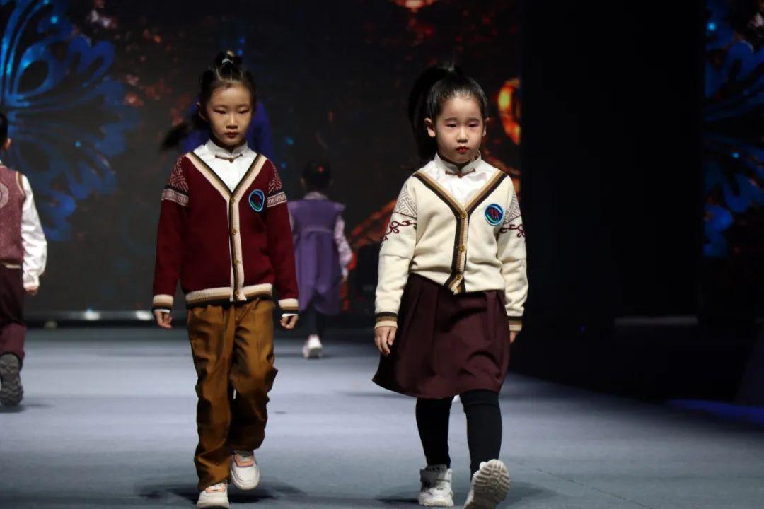 2020蒙古族服装服饰设计大赛 ᠮᠣᠩᠭᠤᠯ ᠦᠨᠳᠦᠰᠦᠲᠡᠨᠦ᠌ ᠬᠤᠪᠴᠠᠰᠤ ᠵᠠᠰᠠᠯᠤ᠋ᠨ ᠤᠷᠤᠯᠳᠤᠭᠠᠨ 第17张 2020蒙古族服装服饰设计大赛 ᠮᠣᠩᠭᠤᠯ ᠦᠨᠳᠦᠰᠦᠲᠡᠨᠦ᠌ ᠬᠤᠪᠴᠠᠰᠤ ᠵᠠᠰᠠᠯᠤ᠋ᠨ ᠤᠷᠤᠯᠳᠤᠭᠠᠨ 蒙古服饰