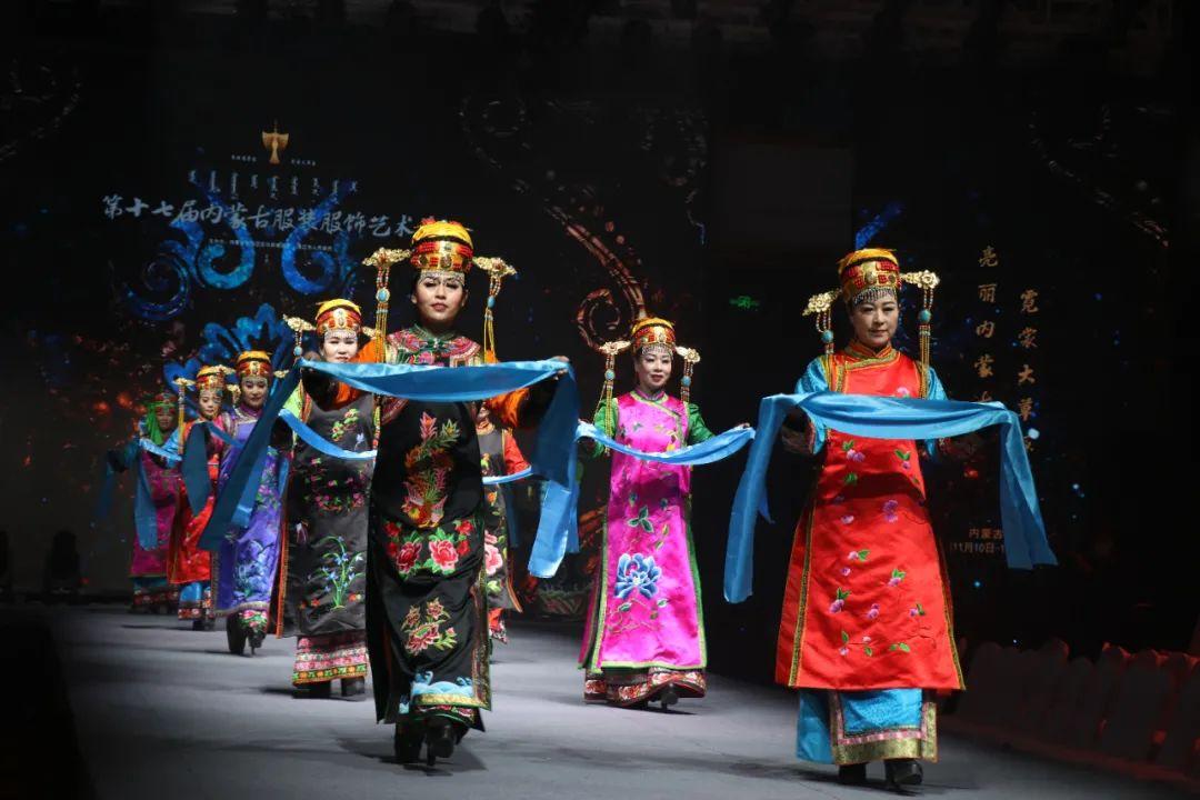2020蒙古族服装服饰设计大赛 ᠮᠣᠩᠭᠤᠯ ᠦᠨᠳᠦᠰᠦᠲᠡᠨᠦ᠌ ᠬᠤᠪᠴᠠᠰᠤ ᠵᠠᠰᠠᠯᠤ᠋ᠨ ᠤᠷᠤᠯᠳᠤᠭᠠᠨ 第21张 2020蒙古族服装服饰设计大赛 ᠮᠣᠩᠭᠤᠯ ᠦᠨᠳᠦᠰᠦᠲᠡᠨᠦ᠌ ᠬᠤᠪᠴᠠᠰᠤ ᠵᠠᠰᠠᠯᠤ᠋ᠨ ᠤᠷᠤᠯᠳᠤᠭᠠᠨ 蒙古服饰