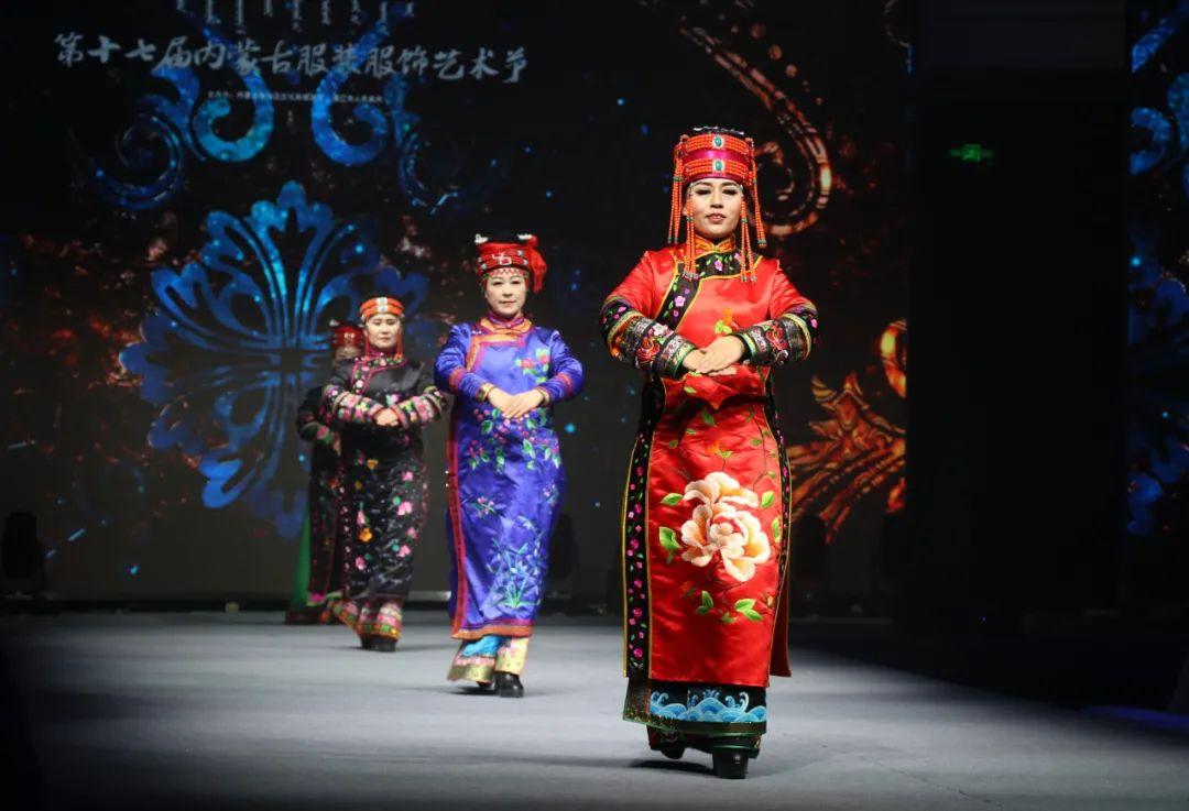 2020蒙古族服装服饰设计大赛 ᠮᠣᠩᠭᠤᠯ ᠦᠨᠳᠦᠰᠦᠲᠡᠨᠦ᠌ ᠬᠤᠪᠴᠠᠰᠤ ᠵᠠᠰᠠᠯᠤ᠋ᠨ ᠤᠷᠤᠯᠳᠤᠭᠠᠨ 第22张 2020蒙古族服装服饰设计大赛 ᠮᠣᠩᠭᠤᠯ ᠦᠨᠳᠦᠰᠦᠲᠡᠨᠦ᠌ ᠬᠤᠪᠴᠠᠰᠤ ᠵᠠᠰᠠᠯᠤ᠋ᠨ ᠤᠷᠤᠯᠳᠤᠭᠠᠨ 蒙古服饰