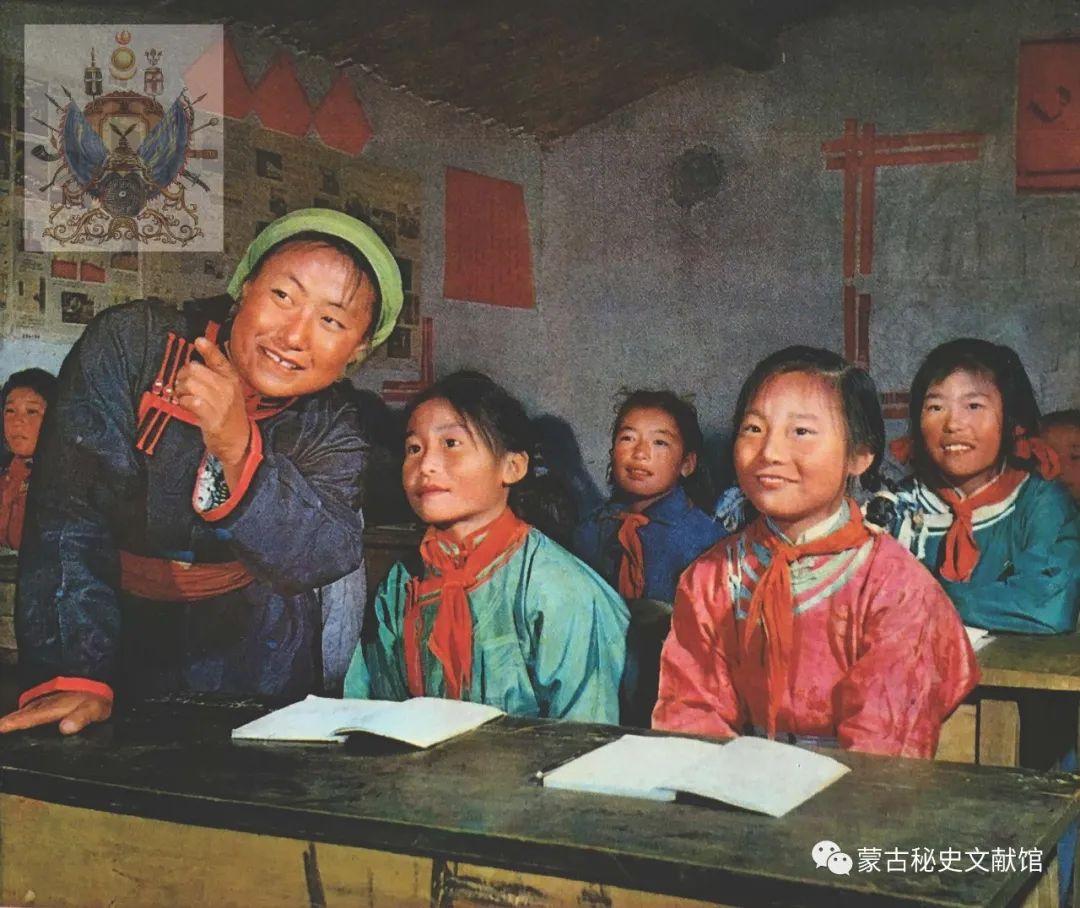 内蒙古教育自治区成立30年画册 第4张 内蒙古教育自治区成立30年画册 蒙古文化